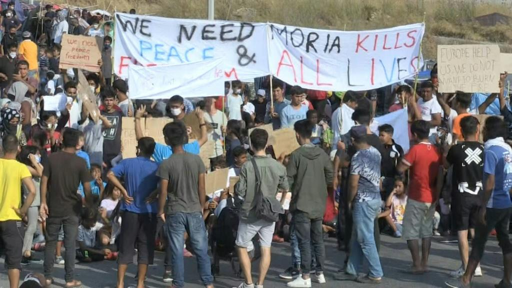 Greek riot police fire tear gas at protesting asylum seekers on Lesbos