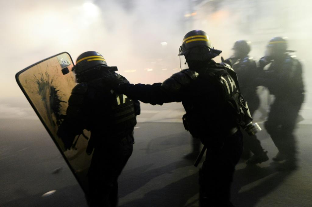 """The article in the """"global security"""" draft law seeks to limit filming and photographing police officers on duty with the intent of harming their """"physical or psychological integrity"""