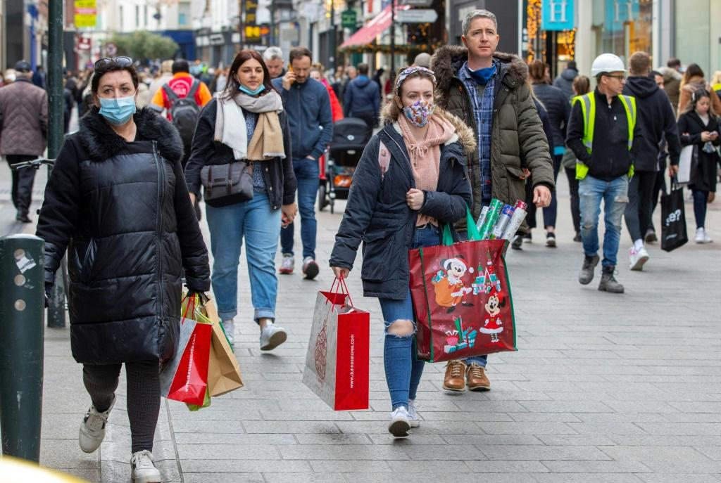 The government advised people to wear masks outdoors: they are obligatory inside shops
