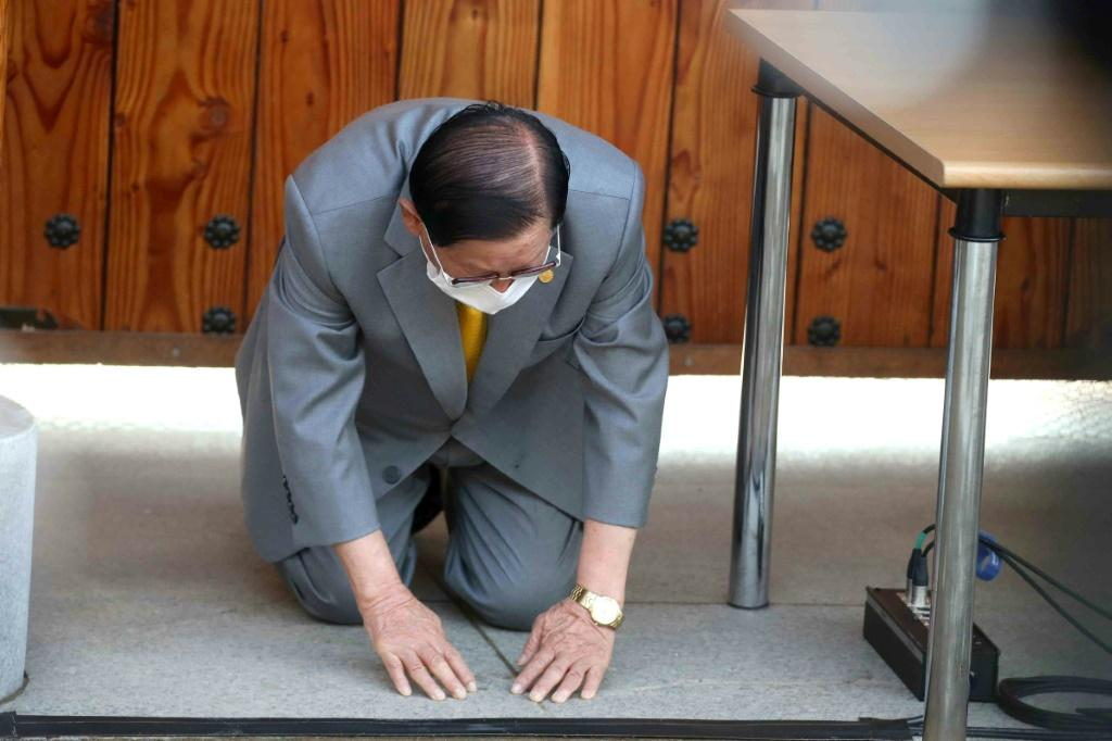 Lee Man-hee bows while asking for forgiveness after the Shincheonji Church of Jesus coronavirus scandal