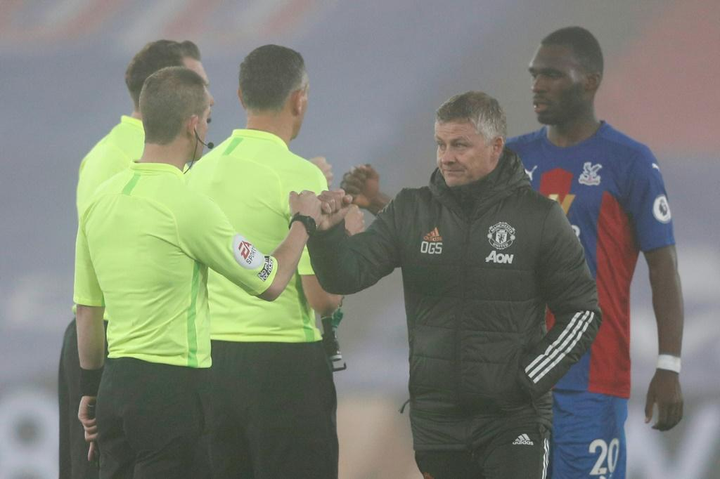 Frustration in the fog - Solskjaer (2R) shakes hands with the referee and his assistants after a goalless draw away to Crystal Palace