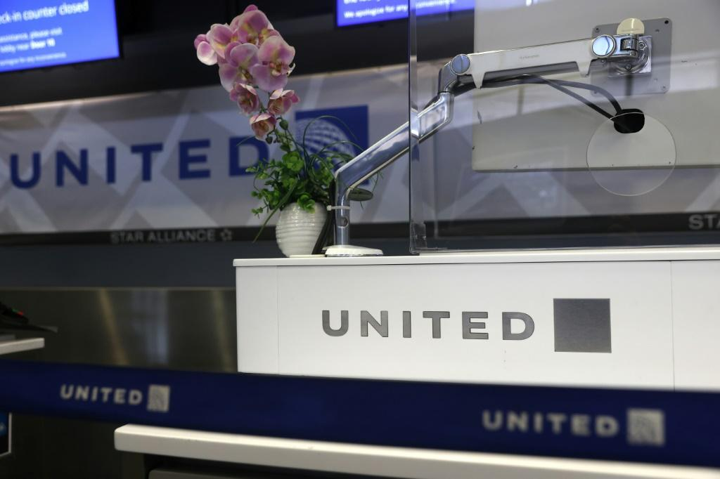 United Airlines will start hiring new pilots as air travel begins to pick up