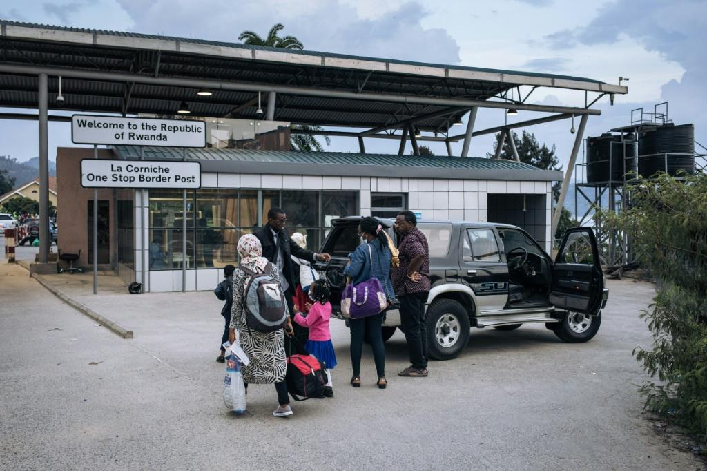A Congolese family living in Goma crosses the Rwandan border at the Gisenyi border post after an evacuation order