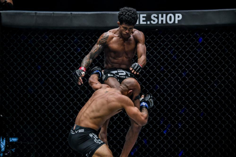 Adriano Moraes in his fight with Demetrious Johnson