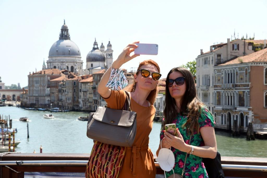 Selfies in Venice: while the United States remains mostly closed to European visitors due to the Covid-19 pandemic, Europe is opening its doors to tourists from the US.