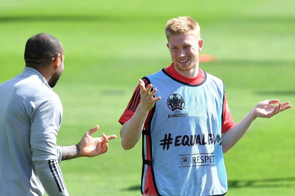 De Bruyne (R) and Belgium need just a point to secure top spot