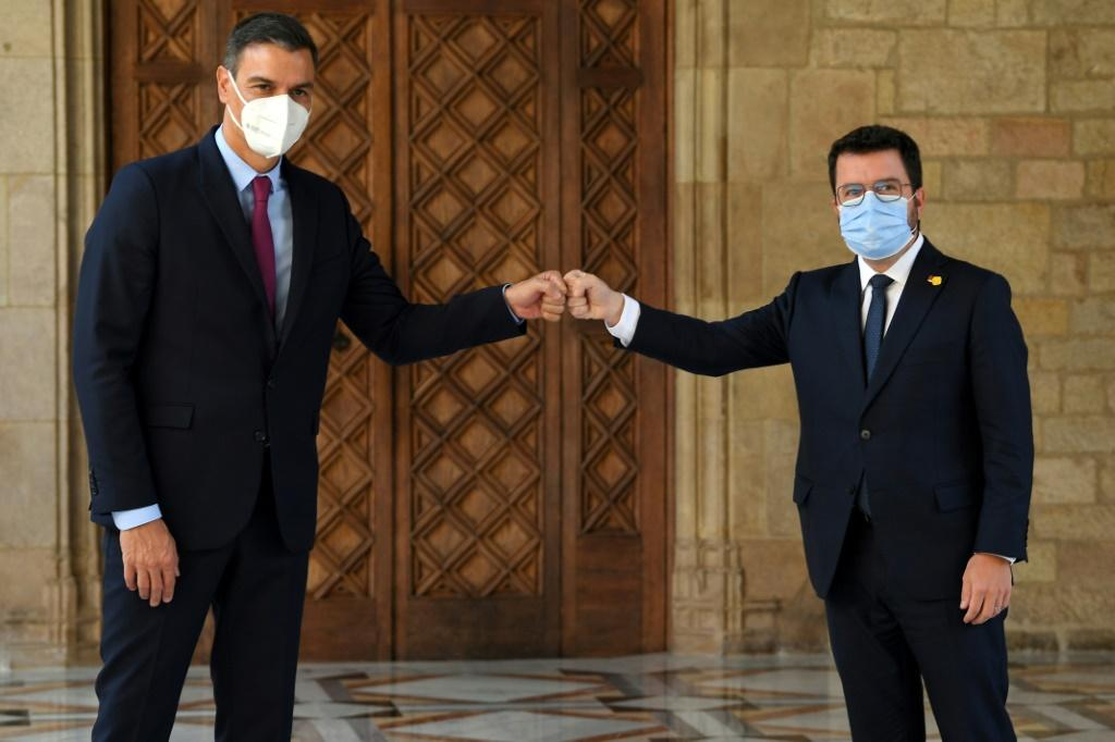 Pedro Sanchez (L) and Aragones are discussing how to resolve a years-long political crisis