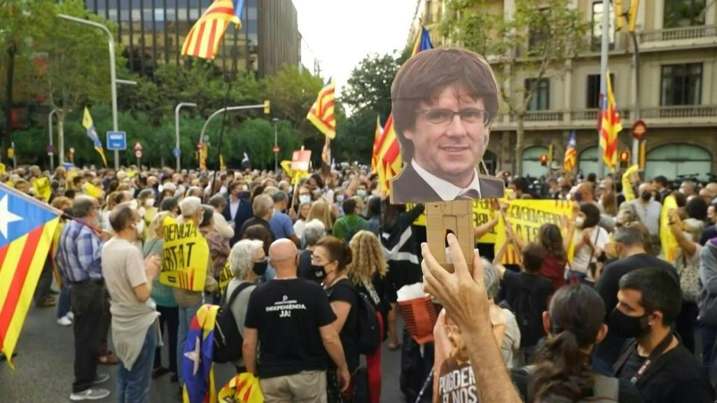 Several hundred pro-Catalan independence activists demonstrate in front of the Italian consulate in Barcelona