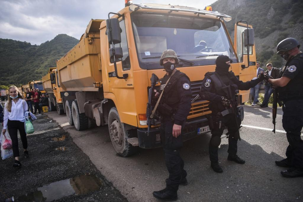 Ethnic Serb protesters have blocked roads leading to the border crossing with Serbia to protest Kosovo's new rules on cross-border licence plates
