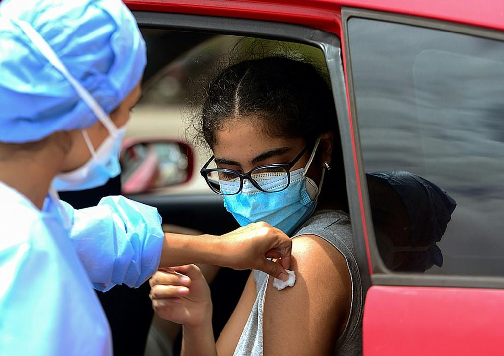 A teenager receives the first dose of the Pfizer/BioNTech Covid-19 vaccine in Tegucigalpa, on September 25, 2021