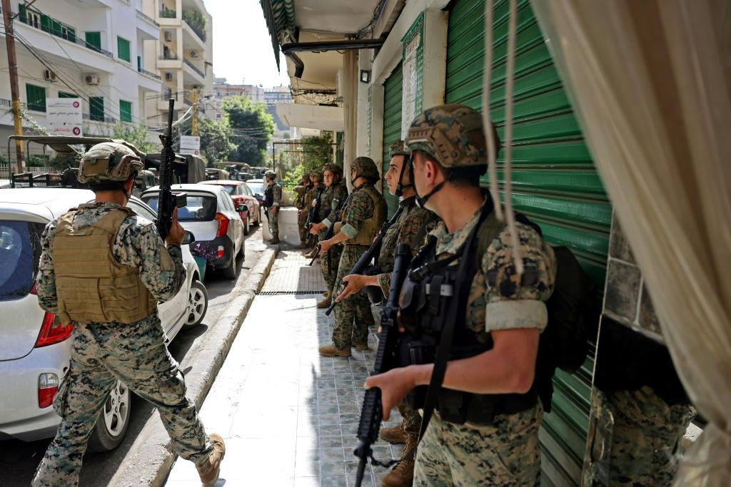 Lebanese troops take up position in Tayouneh, in the mainly Shiite southern suburbs of Beirut