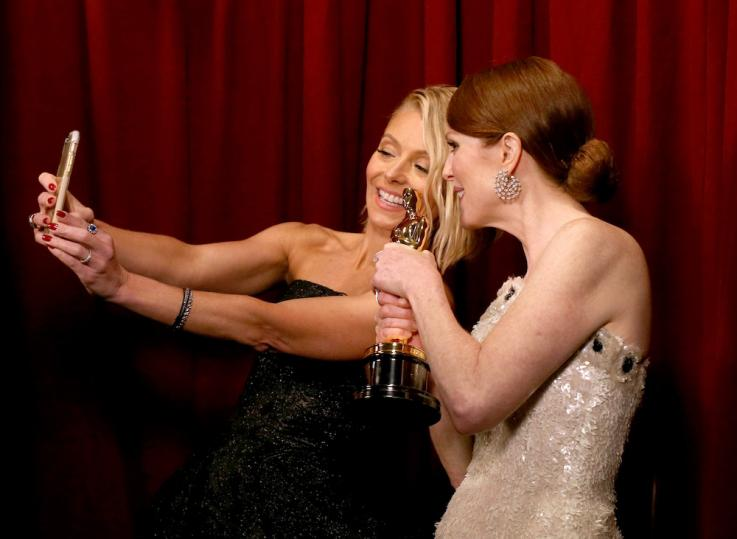 BFFS: Kelly Ripa Captures Julianne Moore's Golden Moment