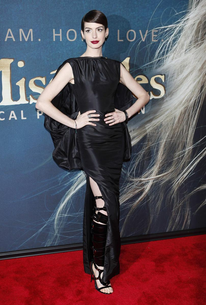 Anne Hathaway Suffers Wardrobe Malfunction At Les