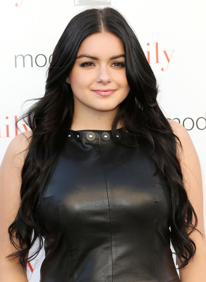 Modern family girl with big boobs Modern Family Cast Member Sarah Hyland Comments On Ariel Winter S Breast Reduction Surgery She S Glowing
