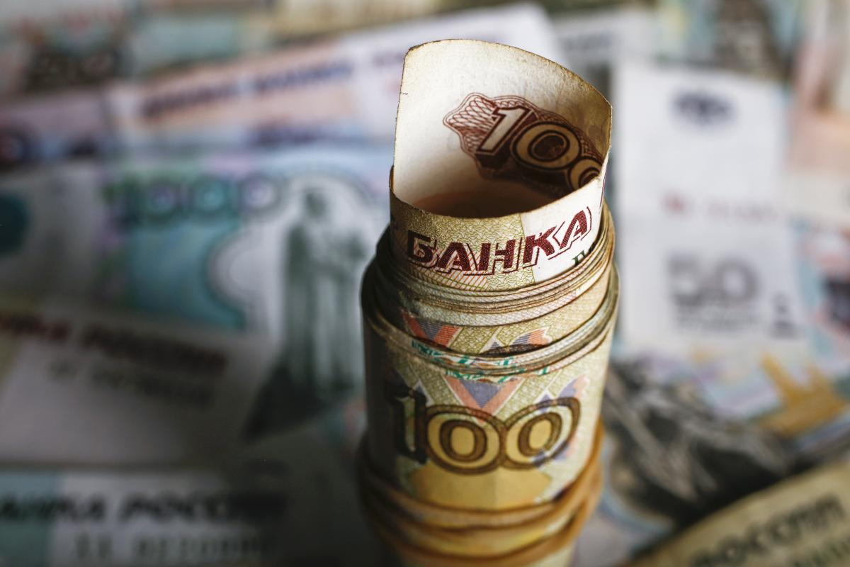 Russian Officials Scramble For Solutions As Low Oil Price And Economic Problems Bite