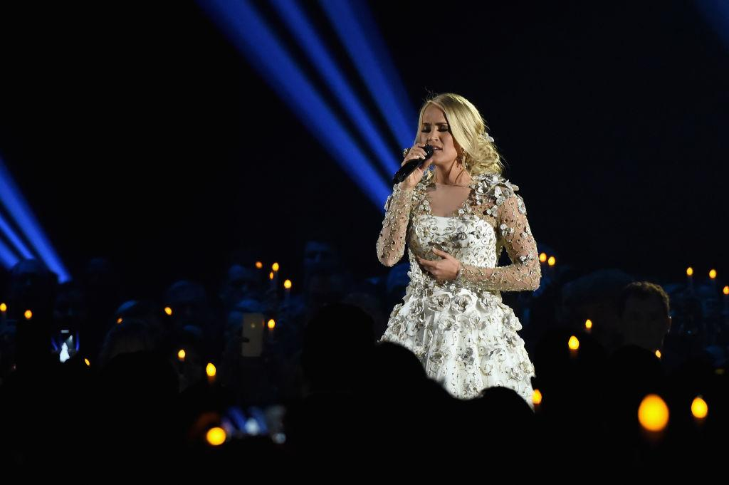 Carrie Underwood Photographed By Fan After Accident: What Does She Look Like?