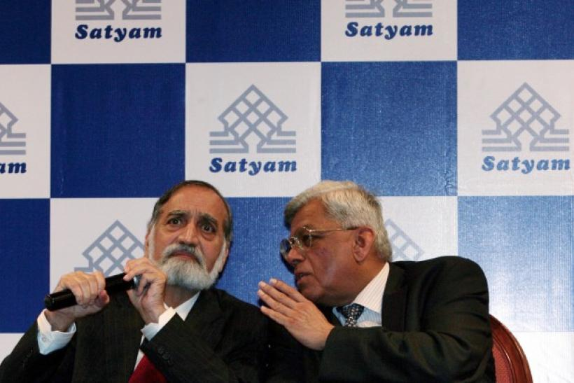 India's Satyam Computer Services board member Deepak Parekh (R) speaks to Chairman Kiran Karnik during a news conference held by Satyam board members in Mumbai April 13, 2009