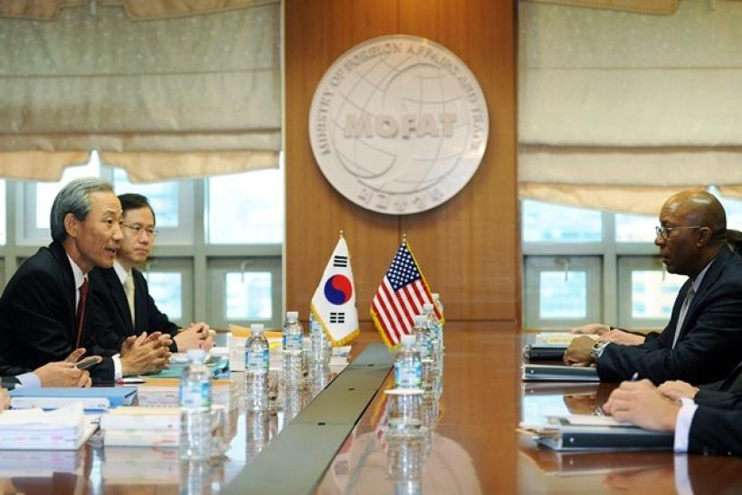 South Korean Trade Minister Kim Jong-Hoon (L) talks with his U.S. counterpart Ron Kirk (R) during their meeting in Seoul November 8, 2010.
