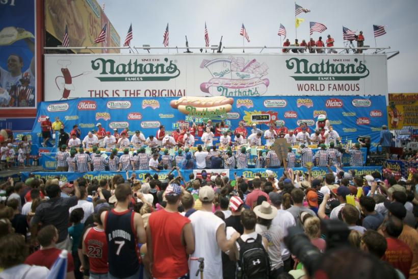 Man amazingly eats 62 hotdogs to win famous July 4th eating contest (PHOTOS)