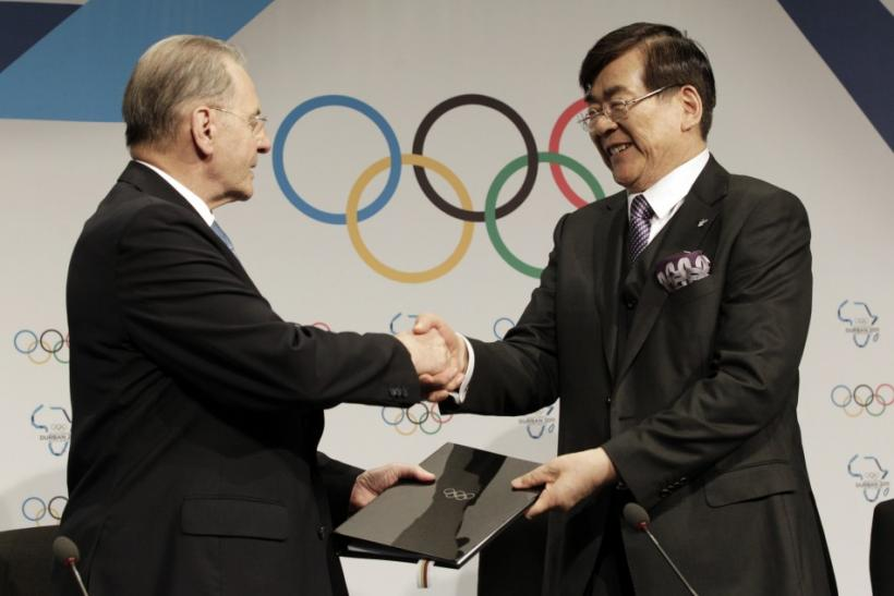 Jacques Rogge and YH Cho sign contracts after Pyeongchang was awarded the 2018 Winter Olympics in Durban