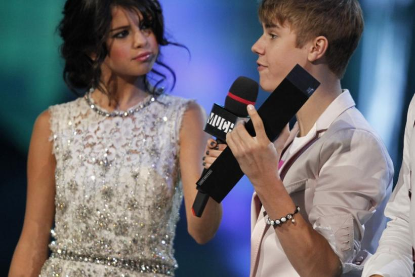 "Justin Bieber accepts the award for ""Ur Fav Artist"""