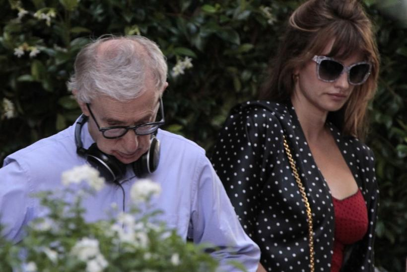 U.S. director Woody Allen (L) and Spanish actress Penelope Cruz