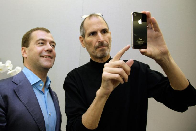 Apple chief executive Steve Jobs (R) shows an iPhone 4 to Russia's President Dmitry Medvedev during his visit to Silicon Valley in Cupertino