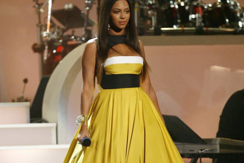 "Beyonce looks gorgeous as she performs ""Somewhere over the Rainbow"" during the taping of ""Movies Rock"" at the Kodak theatre in Hollywood, California, December 2, 2007."