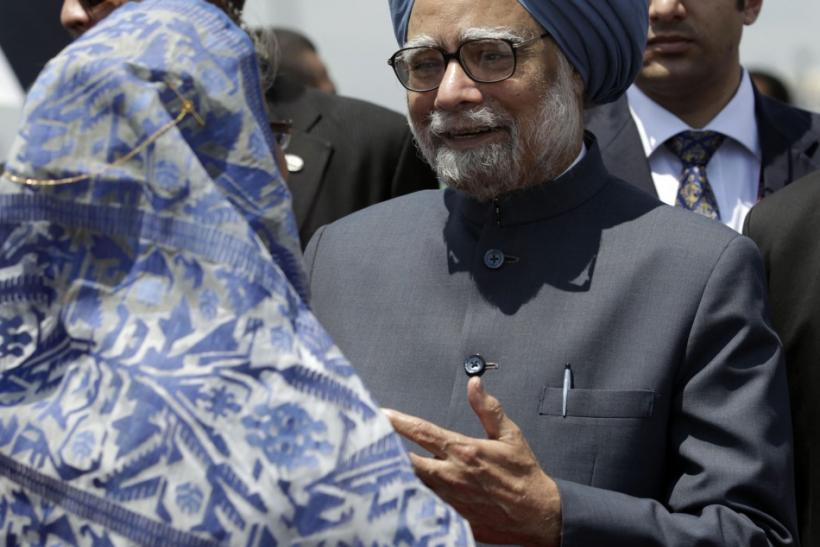 Indian PM Singh talks to his Bangladeshi counterpart Hasina upon his arrival in Dhaka
