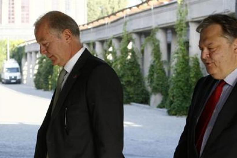 Greece's Finance Minister Evangelos Venizelos (R) and Greek central bank chief George Provopoulos