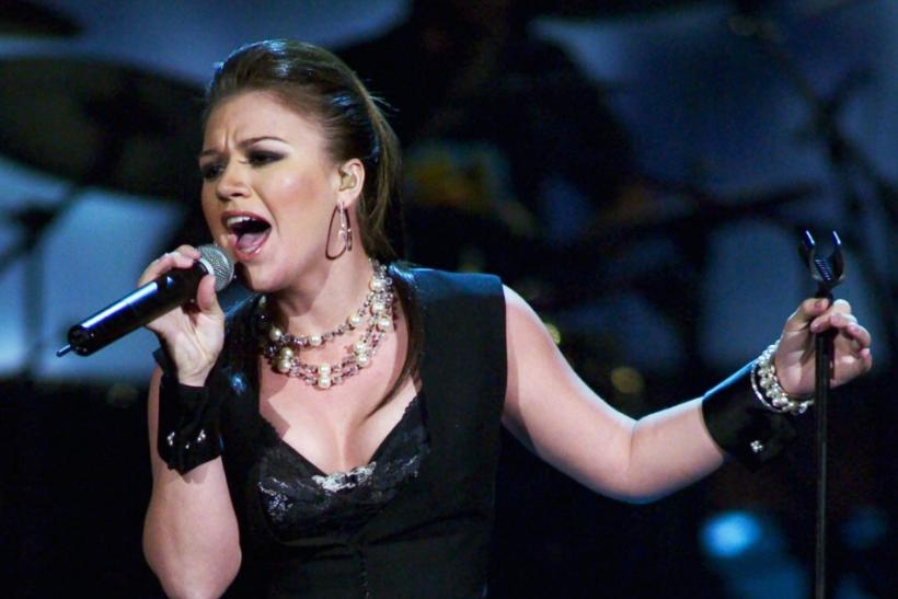 KELLY CLARKSON PERFORMS AT THE 2003 RADIO MUSIC AWARDS.
