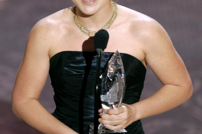 Kelly Clarkson holds best female singer award at People's Choice Awards in Los Angeles