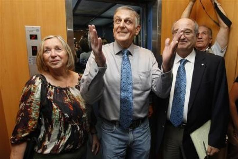 Israeli scientist Daniel Shechtman (C) reacts as he arrives at a news conference at Israel's Technion Institute of Technology in the northern city of Haifa