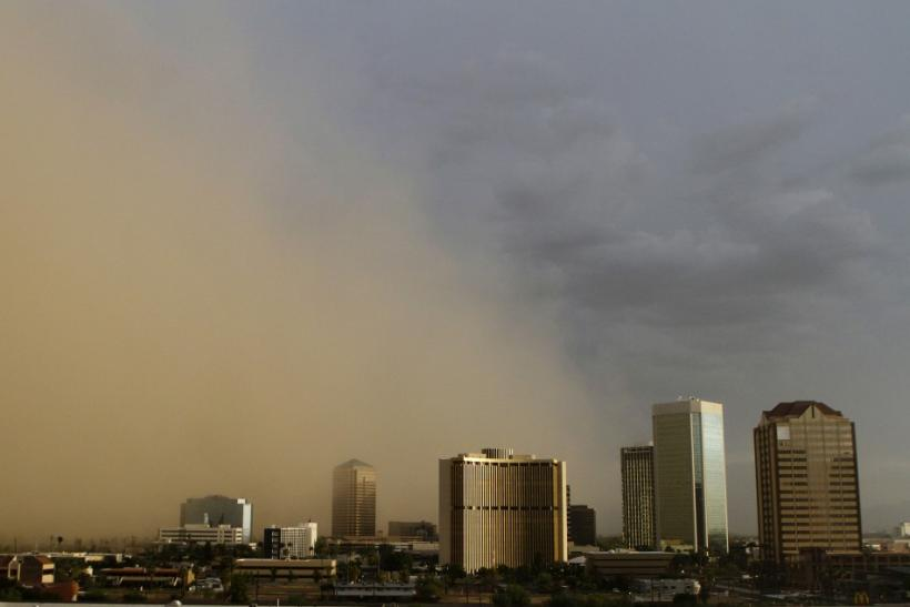 A dust storm surrounds high rise buildings in Phoenix, Arizona August 18, 2011. REUTERS/Joshua Lott