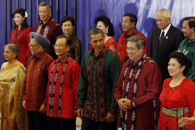 U.S. President Barack Obama (C), flanked by Chinese Premier Wen Jiabao and Indonesian President Susilo Bambang Yudhoyono, poses with other East Asia Summit leaders before a gala dinner in Bali
