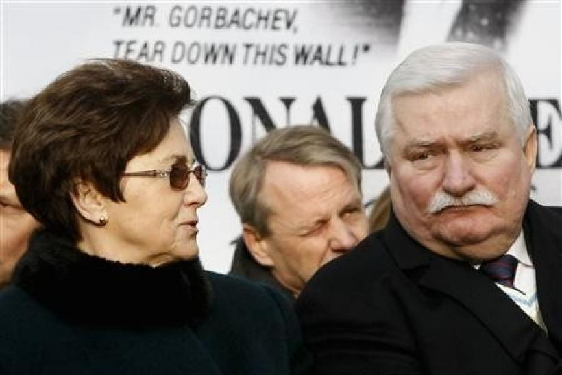Danuta Walesa (L) looks at her husband, Poland's former president Lech Walesa, after he unveiled a statue of former U.S. president Ronald Reagan in Warsaw November 21, 2011.