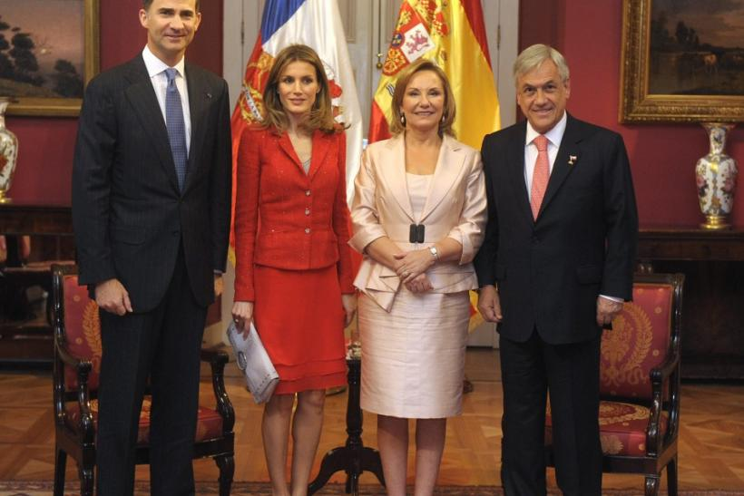 Spain's Crown Prince Felipe (L), his wife Princess Letizia, Chile's President Sebastian Pinera and his wife Cecilia (2nd R) pose before a meeting at the government palace in Santiago
