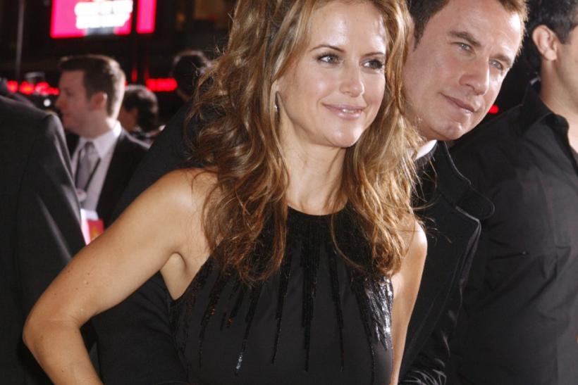 "Actor John Travolta (R) and wife Kelly Preston pose at the premiere of their new film ""Old Dogs"" in Hollywood, California November 9, 2009."