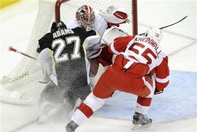 Red Wings cruise past struggling Penguins
