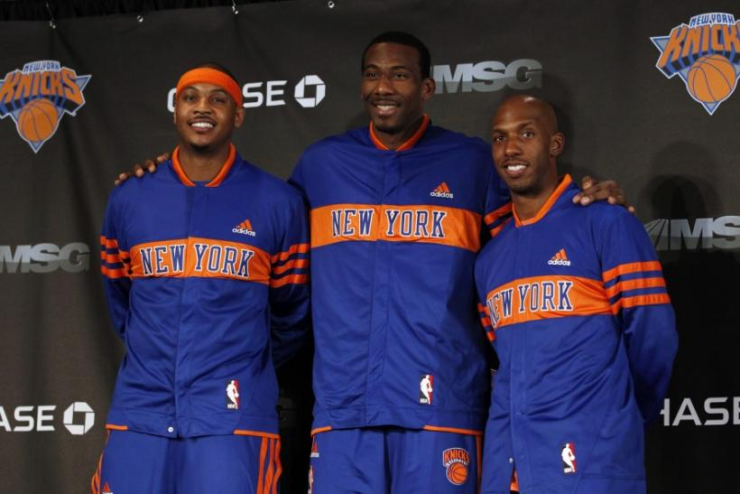 Knicks' Anthony poses with Stoudemire and Billups at a news conference in New York