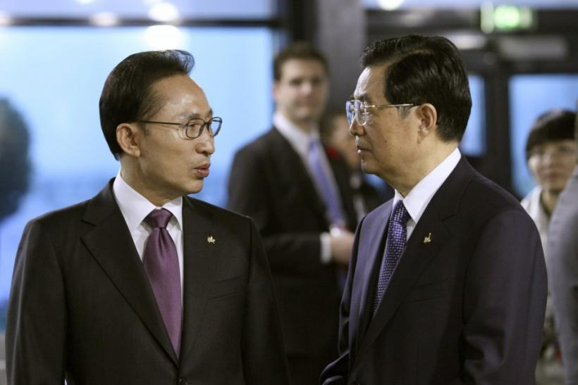 South Korea's President Lee Myung-bak (L) speaks with his Chinese counterpart Hu Jintao before the start of a meeting on the second day of the G20 Summit in Cannes, France November 4, 2011.