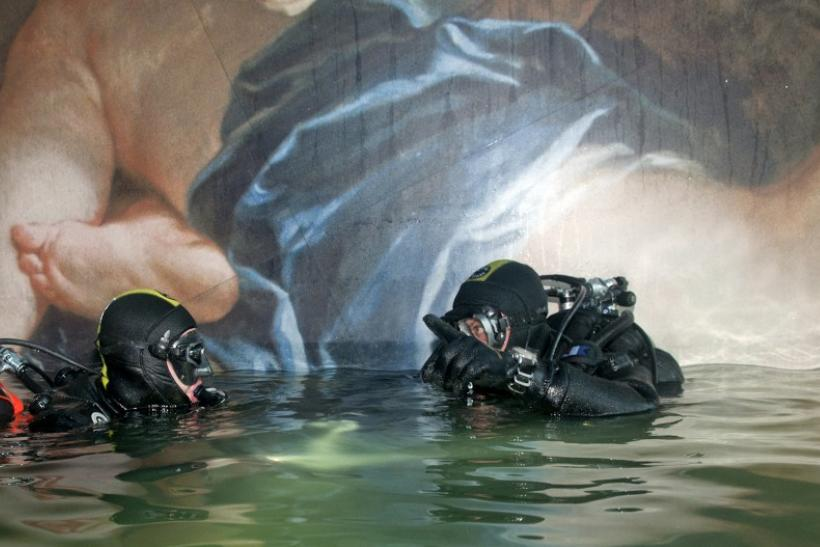 Scuba divers inspect Costa Concordia cruise ship
