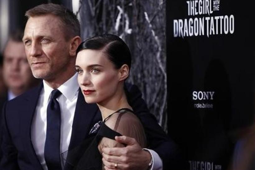 Cast members Daniel Craig (L) and Rooney Mara arrive for the premiere of the film ''The Girl with the Dragon Tattoo'' in New York