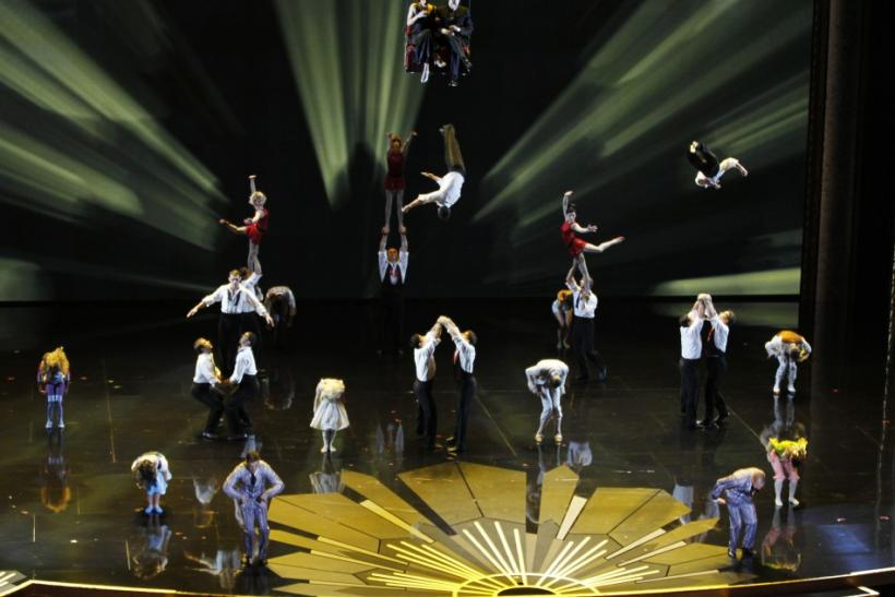 At this year's Academy Awards ceremony, Cirque du Soleil took to the stage to dazzle audiences with their daring and astonishing stunts. The gymnasts used their contortionist skills to honor cinema with a mix of acrobatic and aerial stunts.