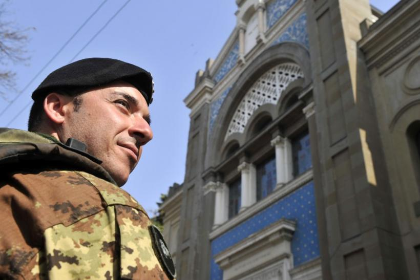 An Italian soldier stands in front of synagogue in Milan
