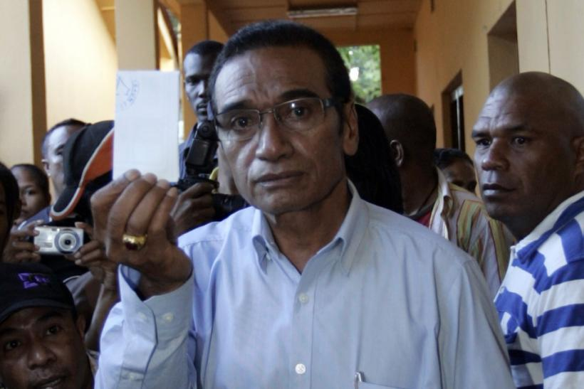"East Timor's presidential candidate Francisco ""Lu Olo"" Guterres displays his ballot during the second round of presidential election Dili, East Timor April 16, 2012. REUTERS/Lirio Da Fonseca"