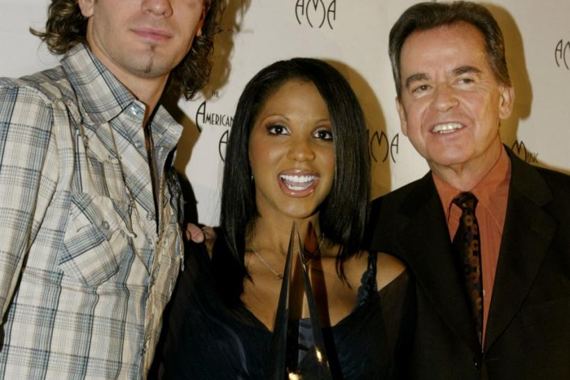 "Singers JC Chasez (L) of the group ""N*Sync"" and Toni Braxton pose with Dick Clark (R) November 19, 2002 in Beverly Hills after announcing the nominees for the 30th annual American Music Awards, which will be held in Los Angeles January 13, 2003."