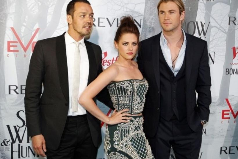 Kristen Stewart with actor Chris Hemsworth and SWATH director Rupert Sanders