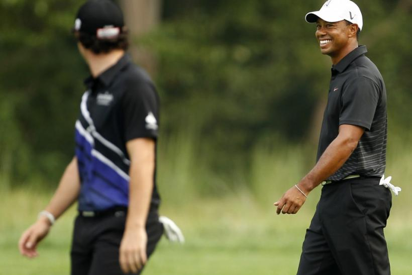 Rory McIlroy (L) and Tiger Woods