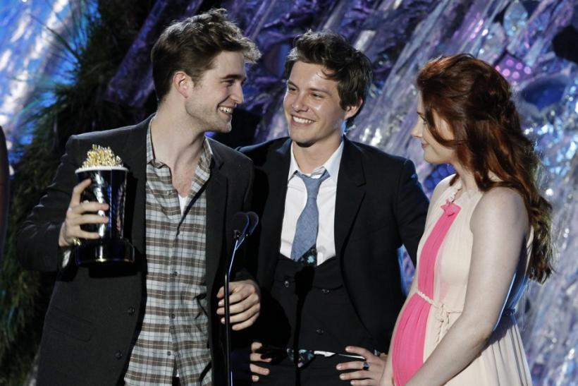 "Actors Robert Pattinson (L) , Xavier Samuel and Bryce Dallas Howard accept the award for best fight for ""The Twilight Saga: Eclipse"" at the 2011 MTV Movie Awards in Los Angeles"